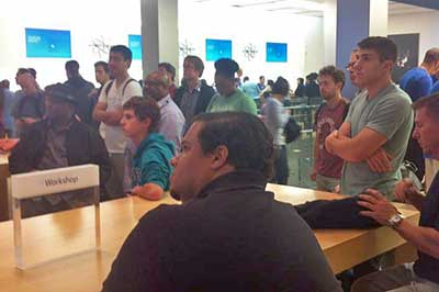 Photo: Audience at the Apple Store